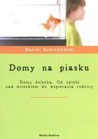 Okładka książki Domy na piasku. Domy dziecka. Od opieki nad dzieckiem do wspierania rodziny