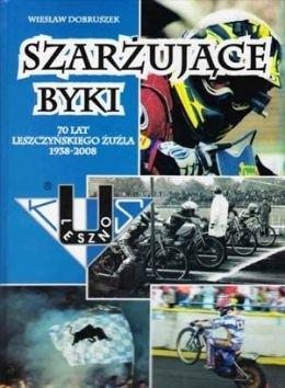 Okładka książki Szarżujące byki. 70 lat leszczyńskiego żużla 1938 - 2008