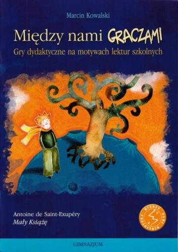 Okładka książki Między nami graczami. Gry dydaktyczne na motywach lektur szkolnych. Śladami Małego Księcia