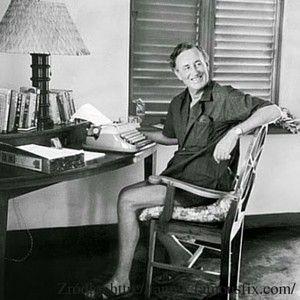 Mężczyzna ze złotą maszyną do pisania