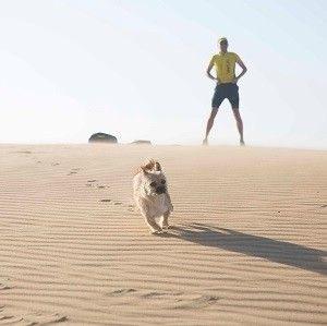 Mężczyzna, który biegł z psem