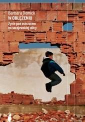 Okładka książki W oblężeniu. Życie pod ostrzałem na sarajewskiej ulicy Barbara Demick