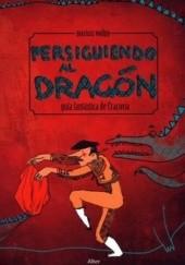 Okładka książki Persiguiendo al dragon. Guia fantastica de Cracovia Mariusz Wollny