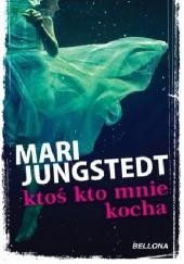 Okładka książki Ktoś, kto mnie kocha Mari Jungstedt