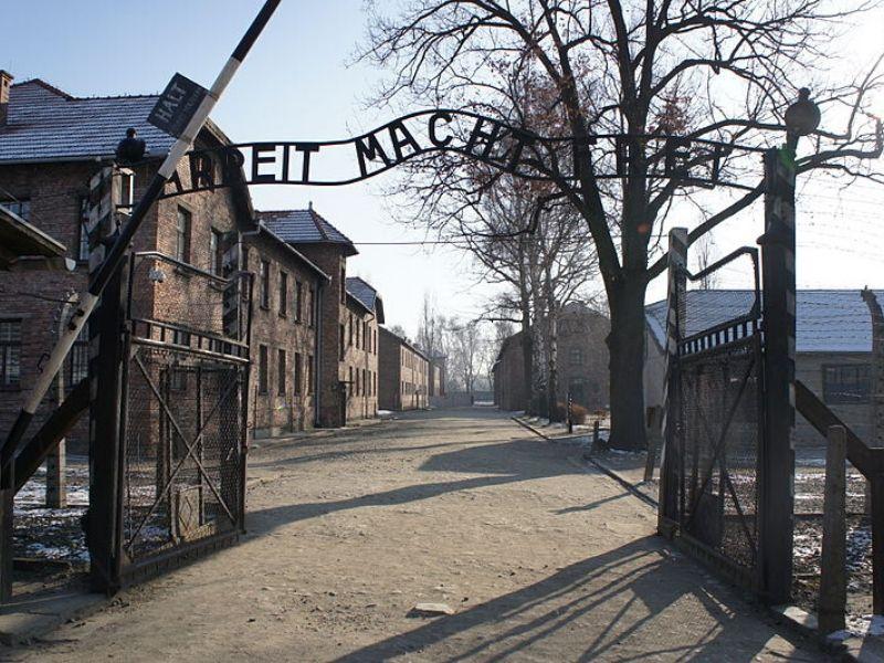 główne wejście do obozu Auschwitz-Birkenau