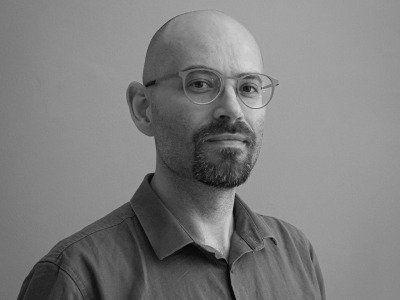 Staram się osiągnąć szczerość w projektowaniu – mówi Przemek Dębowski, twórca okładek książek